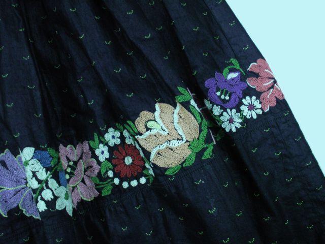 4438e88b8 Sukňa z modrotlače, Detva, veniec farebnej výšivky krivou ihlou