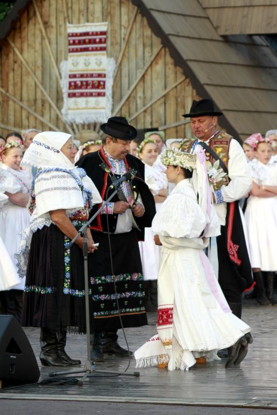 873a56c3c MLADUCHY Sprievod a prehliadka tradičných svadobných krojov