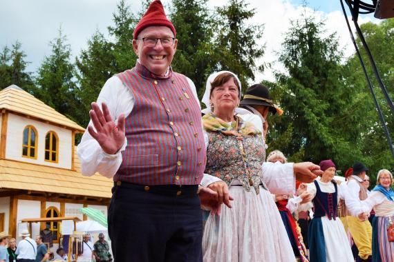 6cacae794 Súbor vedie priateľský a sympatický Claes Pehrsson, s ktorým po svete  cestuje a tancuje manželka pani Ingalill.