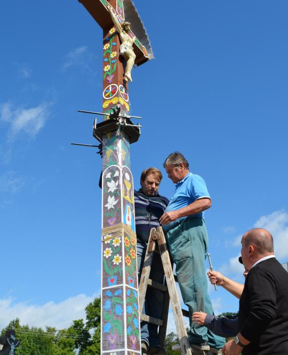 073043351 Kríž upravujú Ondrej Vrťo, Ján Krekáň s asistenciou dekana Ľuboša Sabola -  foto Z Juhaniaková