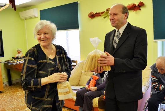 Ako poďakovanie za návštevu a na spríjemnenie predvianočných pracovných dní  ho seniori obdarili balíčkom doma pečených vianočných trubičiek. 5dd15d5dffc