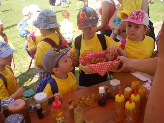 Deti pri stánku včelárskych produktov 51289c1b96d