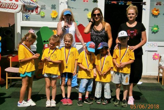 bf3bbaaf286b Deti nastúpené v žltých tričkách s medailami