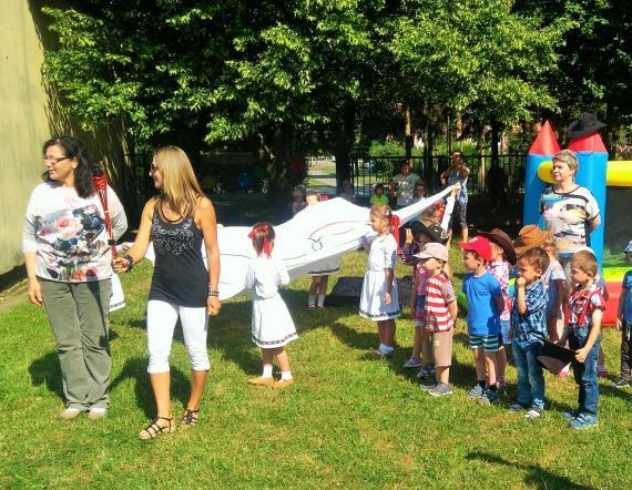 7c2593ebccf7 Hry otvárajú učiteľky a deti nesením fakle a vlajky