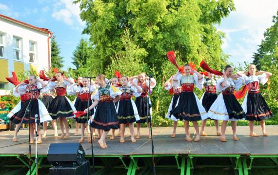 4f876dcfc7e7 Na pódiu tancujú dievčatá v krojoch šatkový tanec