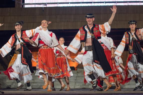 f081e3932c59 Na pódiu tancujú mladí členovia folklórneho súboru