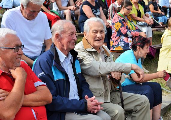 Igor Kovačovič a Milan Križo sediaci uprostred divákov caf833b26c6