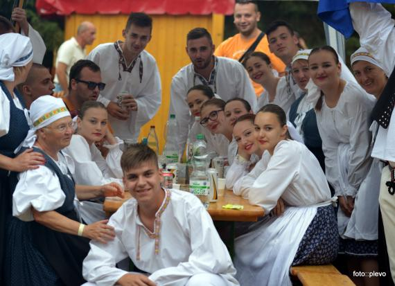 f95d954b59 Skupinová fotografia zahraničných Slovákov v krajanskom dvore