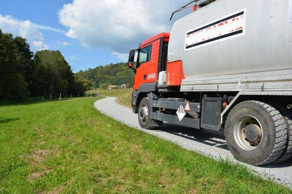 929a86fd1766 Vozidlo spevňuje povrch cesty v časti do Výhonu